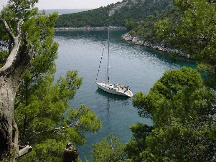 Segelyacht in Bucht von oben