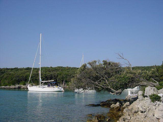 Segelyacht in Bucht