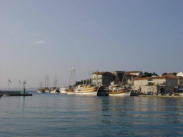 Hafen mit alten Schiffen an Mole