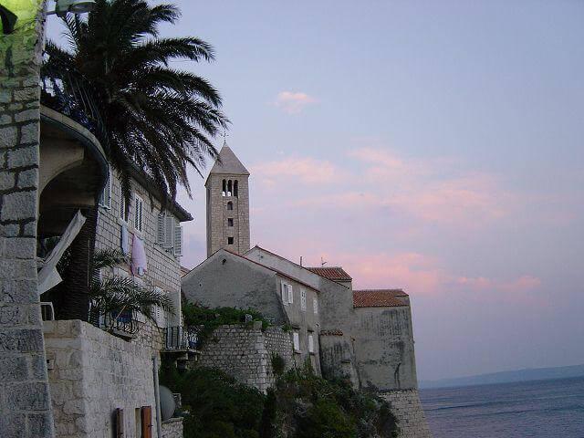 Kirchturm auf Steilklippe